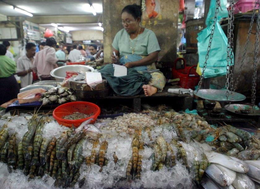 ပြည်ပမှတင်သွင်းသောသက်တမ်းလွန် ငါး၊ပုစွန်အစာများ ရောင်းချမှုရှိနေ